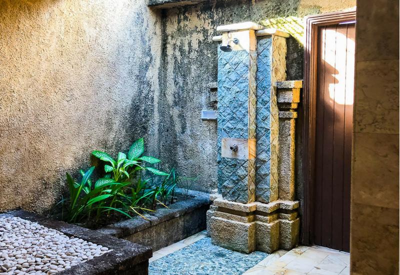 The Club Villas Seminyak: Outdoor shower in 3 bedroom villa Seminyak